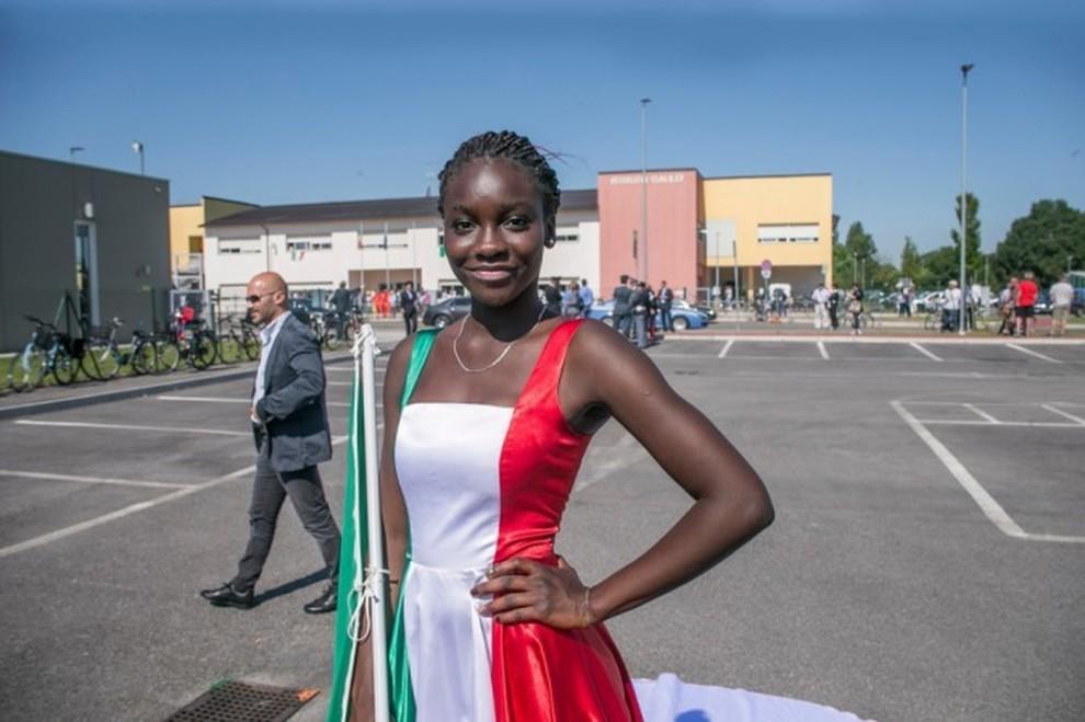 ragazza bandiera italiana