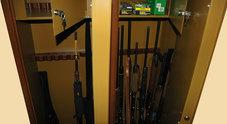 Rubano i gioielli, e anche  l'armadio blindato Dentro c'erano 7 fucili