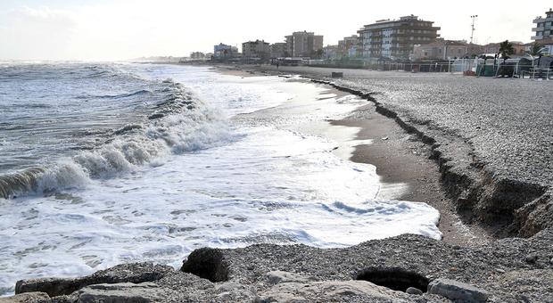L'erosione del mare a Sassonia, ai Bagni Carlo