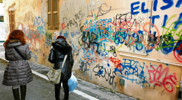 Muri imbrattati in centro, due giovani writers incastrati dalle telecamere. Multa fino a mille euro