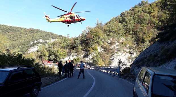 Ascoli, giù dal ponte per 20 metri: 54enne trovato in fin di vita sul greto di un torrente