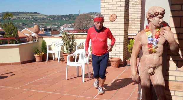 Ancona, la mezza maratona ai tempi del Coronavirus: Ferdinando corre per 21 km tra casa e terrazzo