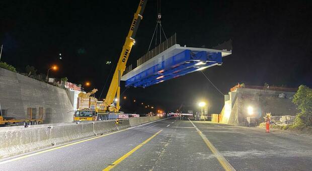 Il momento in cui il ponte viene issato sull'A14