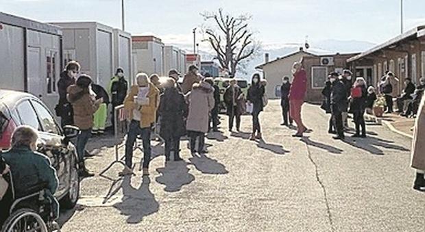 Camerino, vaccinazioni Covid agli anziani, la protesta corre sui social: «Un'ora in fila e senza sedie»