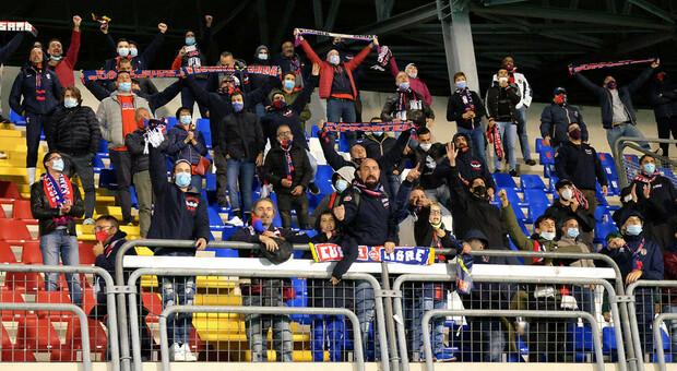 Tifosi della Samb al Riviera delle Palme durante la partita contro il Mantova finita 2-0: era ottobre dell'anno scorso