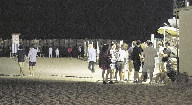 Porto San Giorgio, risse, ubriachi e baby gang, gestori degli chalet esasperati dalla movida molesta: «Io lo metto in vendita»