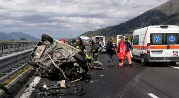 Ottantenne guida contromano sull'A2: bilancio tragico, un morto e cinque feriti