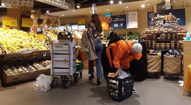 Covid Napoli, nuovo assalto ai supermercati: torna la paura del lockdown
