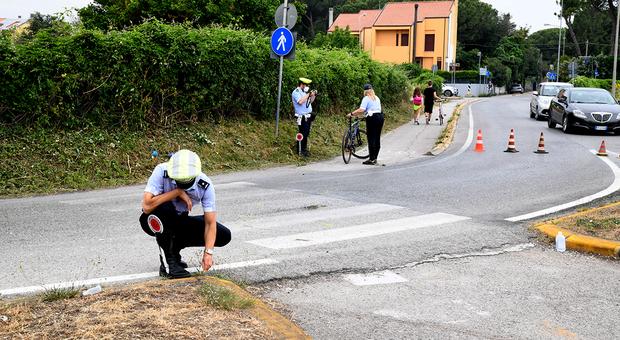 Fano, scontro tra uno scooter ed una bicicletta: all'ospedale un uomo trafitto dal manubrio
