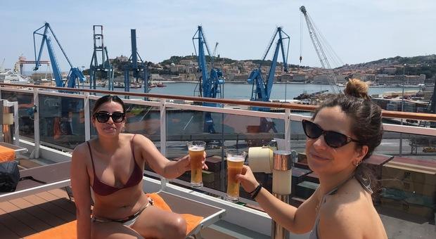 Un brindisi sul pontile della Msc Splendida con vista duomo