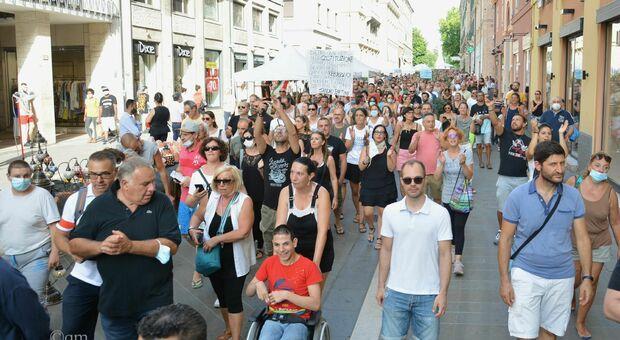 «Vogliamo la libertà, basta con la dittatura sanitaria». Un migliaio di persone nella sfilata contro il certificato verde