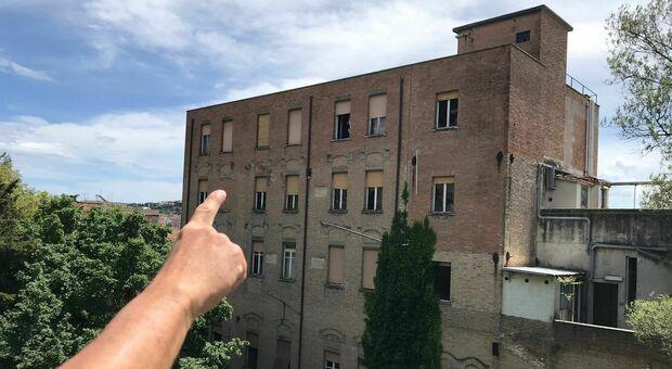 Il punto in cui si ritrovano i bulli: sul tetto dell'ex Umberto I