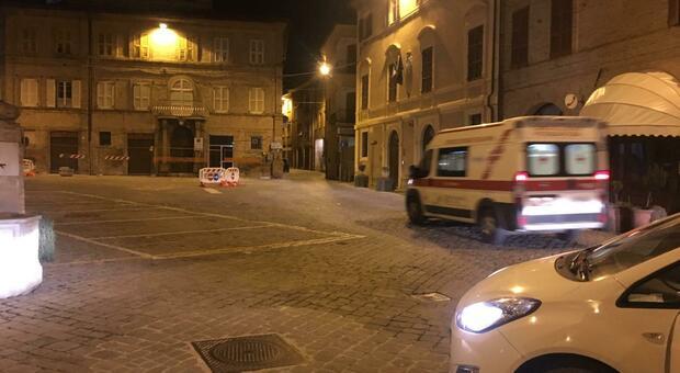 L'ambulanza in piazza del Popolo poco dopo la rissa