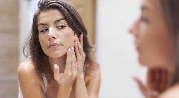 Una donna utilizza l'aceto per la pelle del viso