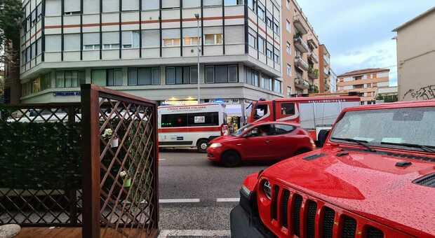 Pesaro, si lascia cadere dalla terrazza in centro: muore sul colpo una donna di 33 anni