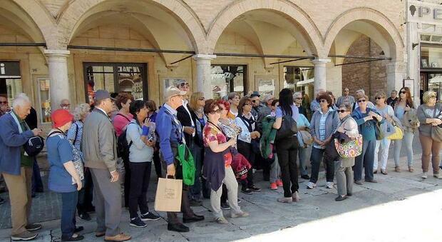 Un gruppo di turisti ad Ascoli prima dell'epidemia Covid