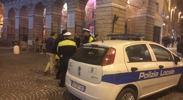 I controlli notturni della polizia locale in centro