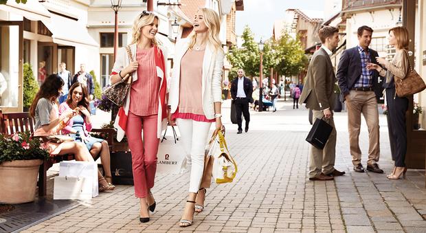 huge discount 60d32 f152b La superstrada per l'Umbria spinge lo shopping estivo degli ...