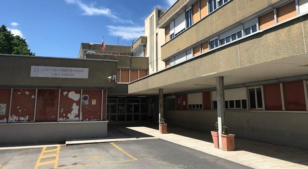 Liceo Rinaldini, due classi sono ancora in quarantena. Professore negazionista, il silenzio della preside