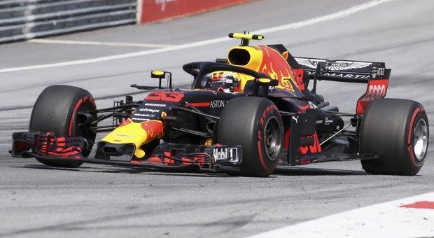 Verstappen show, Raikkonen e Vettel sul podio. Fuori le Mercedes
