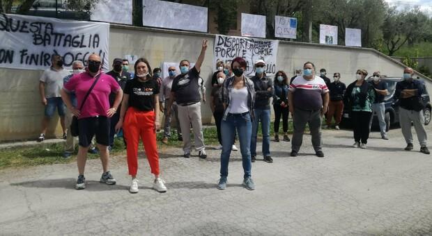 Manifestanti in strada contro l'antenna: «Fermate quei lavori, sarà alta come un palazzo di 9 piani»