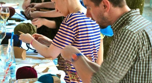 Lavorare a maglia come lo yoga: benefici per mente e corpo dal knitting