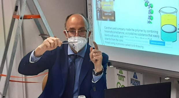 Il rettore Unicam Claudio Pettinari impegnato in una lezione agli studenti