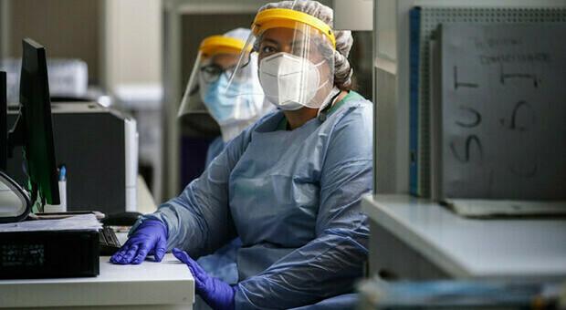 Covid, crollo dei contagi tra medici e operatori sanitari. Gimbe: «Probabile effetto dei vaccini»