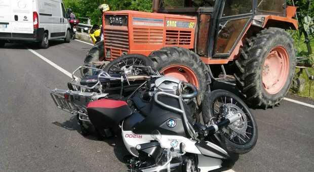 Moto e trattore entrati in collisione