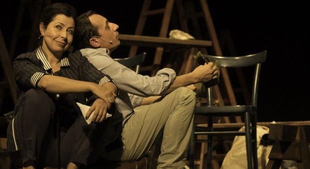 L'attrice fanese Roberta Biagiarelli sul palco insieme a Sandro Fabiani
