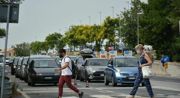 L'inferno quotidiano del traffico in via Conca