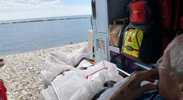 Anziano chiede di vedere il mare per l'ultima volta, l'ambulanza si ferma sulla spiaggia
