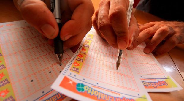 """Cooridonia, un ignoto giocatore sfiora il Jackpot milionario del Supernalotto, ma pota a casa quasi 20mila euro con un """"5"""""""