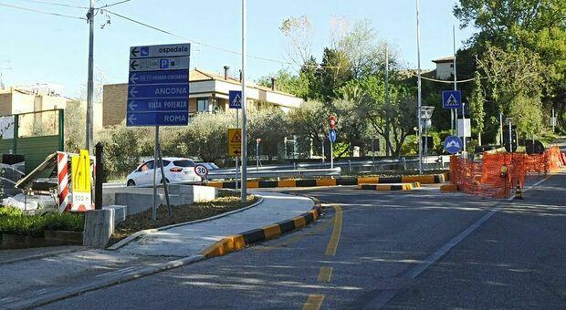 L'incrocio tra la strada di scorrimento e via dei Velini che porta a Villa Potenza