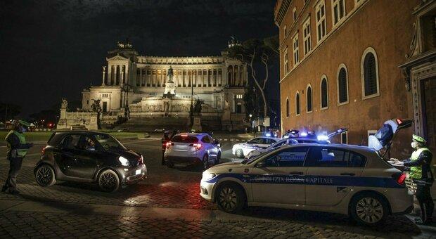Coprifuoco, spostato alle 23 (o a mezzanotte) o cancellato: cosa può accadere dal 15 maggio con la riapertura ai turisti in Italia