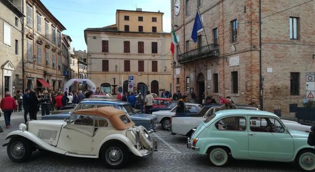 Castelfidardo, auto e moto d'epoca: bellezze d'altri tempi sfrecciano al trofeo Conero sotto le stelle