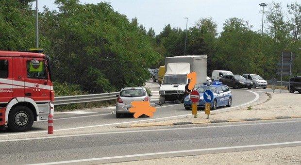 Di nuovo contromano, questa volta nella rotatoria: schianto frontale tra un'auto e un furgone