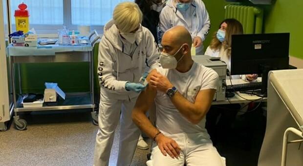 Covid, Bassetti: «Minacciato e insultato dai no-vax per il vaccino, la gente non merita di stare su Facebook»