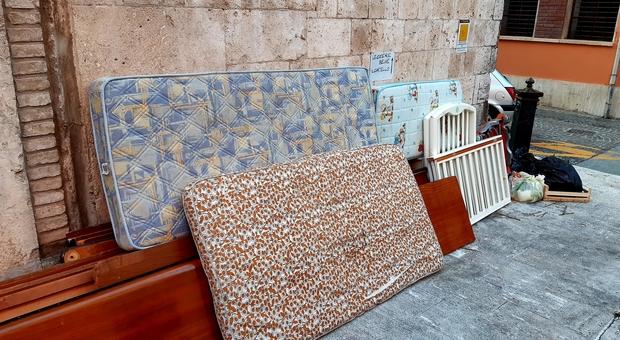 Rifiuti abbandonati in strada ad Ascoli Piceno