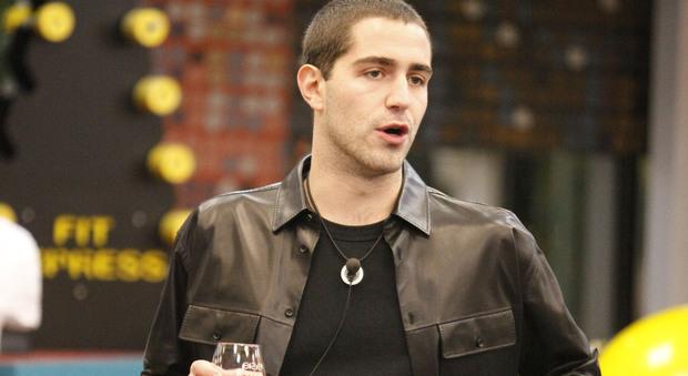 Alfonso Signorini comunica ai ragazzi il prolungamento del Grande Fratello Vip. Tommaso Zorzi sotto choc: «Sto male».