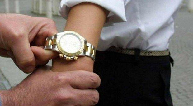 Pesaro, tenta di strappare l'orologio da 25mila euro, ma l'imprenditore si ribella e mette in fuga il rapinatore