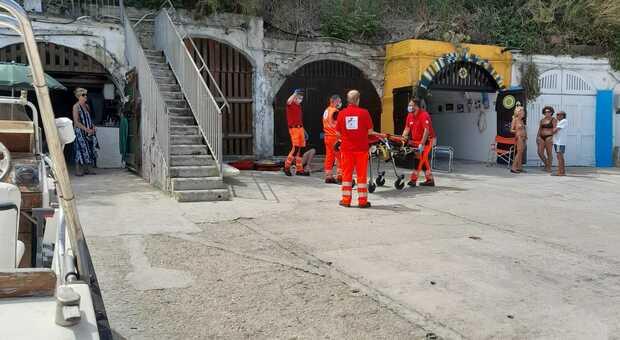 Cade e batte la testa sul molo: soccorso alle grotte del Passetto