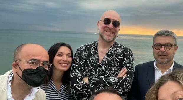 Polemiche sul concerto all alba di Mario Biondi per il selfie senza mascherina della Giunta