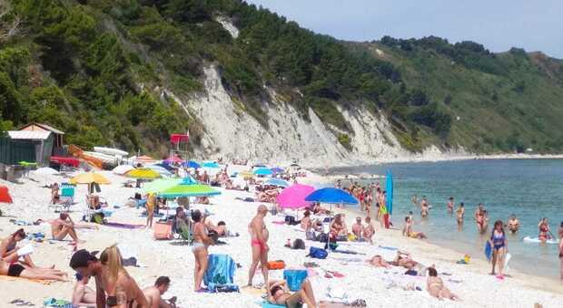 Portonovo e Mezzavalle, oltre duemila prenotazioni online. Ma per l'accesso alle spiagge libere rimangono tanti dubbi