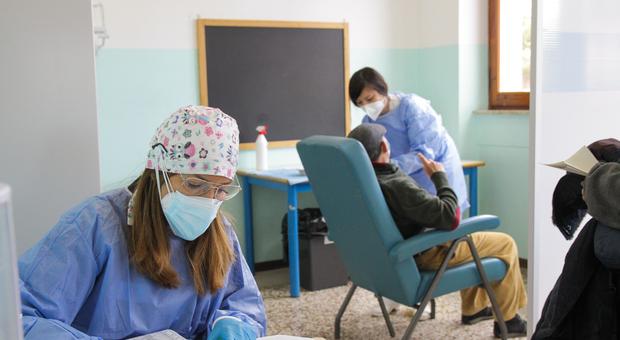 Vaccini, i quarantenni non ne vogliono sapere: «Tanti sono gli slot rimasti liberi»