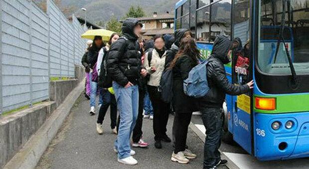 Una fermata dei trasporti scolastici