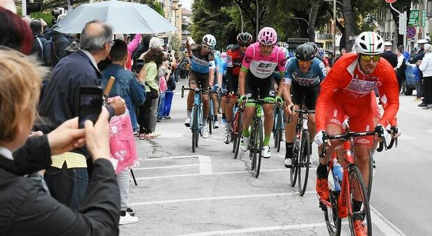Il passaggio del Giro d'Italia in via Napoli ad Ascoli Piceno nel 2018