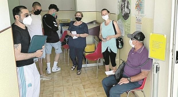 Colli del Tronto, anziani in fila alle Poste sotto il sole, il sindaco apre altri locali: «Norme violate per tutelare i miei cittadini»