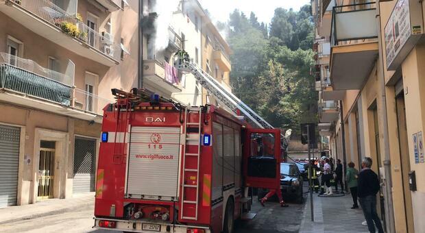 Fiamme in un appartamento, vigili del fuoco all'opera in via Vasari