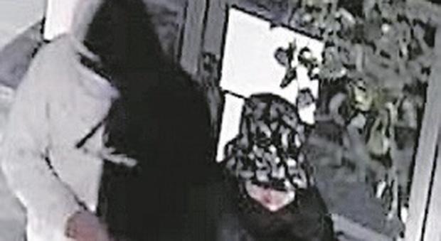 Pesaro, nelle foto su Facebook gli stessi abiti usati durante i colpi: i ladri ragazzini traditi dai social